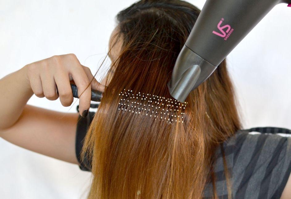 как выпрямлять волосы расческой выпрямителем видео