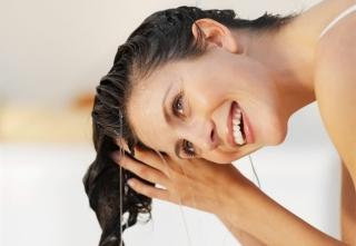 Мыть голову крапивой