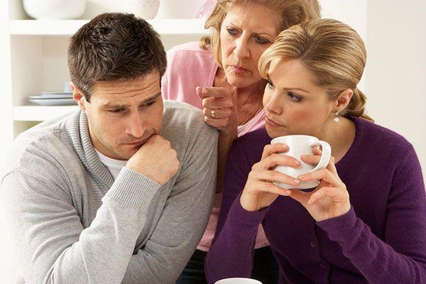 Что делать, если свекровь лезет в семью? В чём причина?
