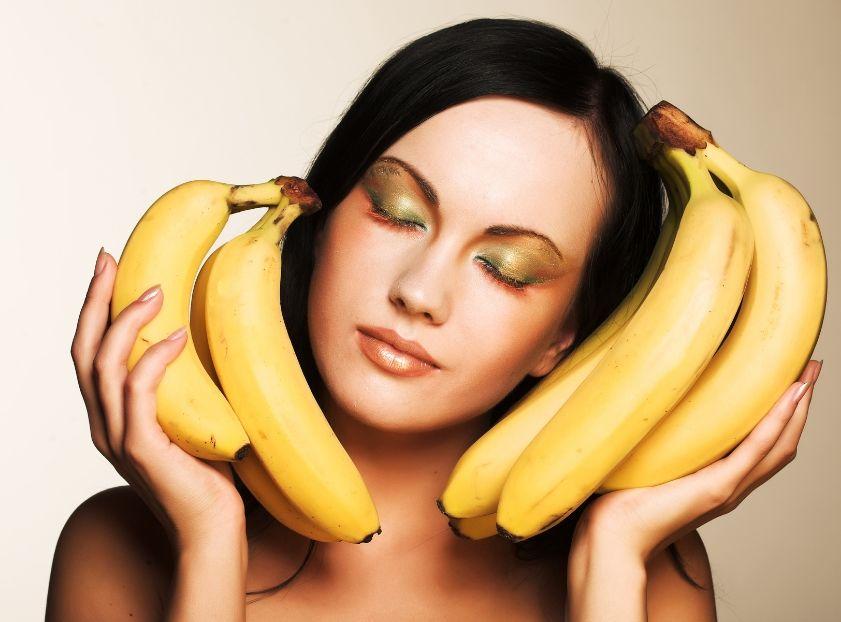 девушка сполоснула свою банан