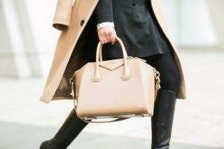 С чем носить бежевую сумку? Собери свой стиль