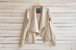 С чем носить бежевую куртку? Изящность стиля