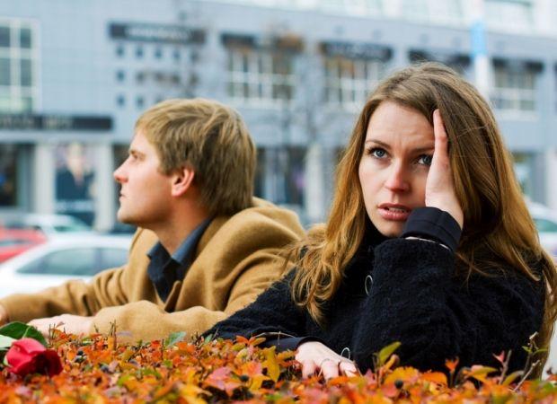 Как вести себя, если мужчина тебя игнорирует? Причины и решение вопроса