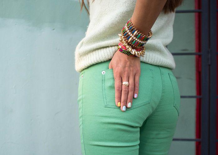 С чем носить бирюзовые джинсы? Яркие и контрастные образы