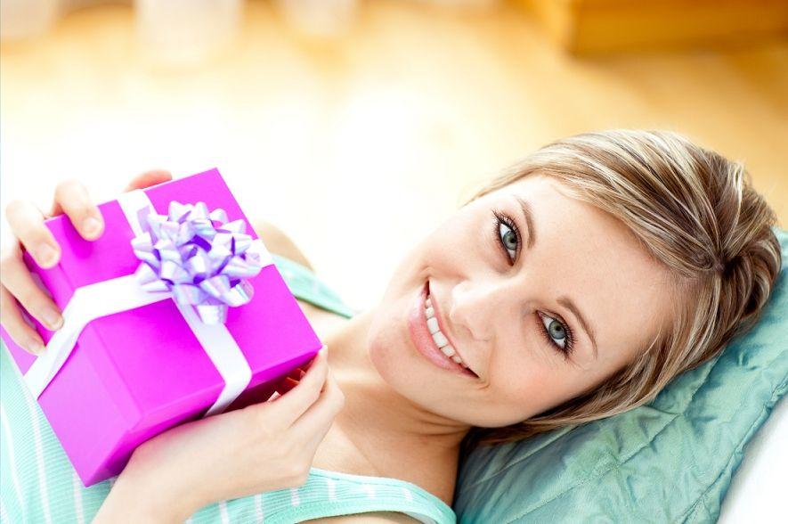 Как намекнуть мужчине на подарок? К цветам и конфетам в придачу