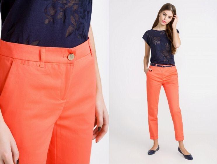 С чем носить коралловые брюки? Несколько вариантов образов