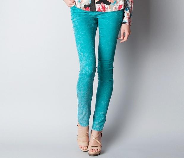 С чем носить бирюзовые джинсы? Чувство вкуса и внимание окружающих