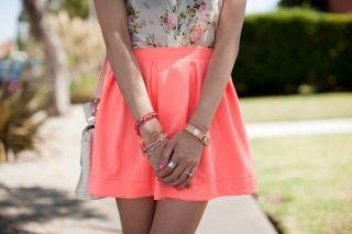 С чем носить коралловую юбку? Внимание и броскость