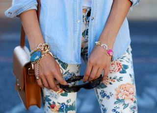 С чем носить джинсы с <em>брюки в рисунок с чем носить</em> цветочным принтом? Будь в тренде