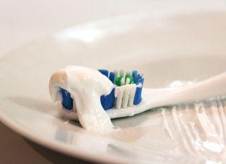 Помогает ли зубная паста от прыщей? Мифы и советы