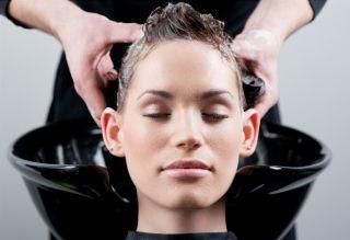 Нужно ли мыть голову перед окрашиванием? Вечный вопрос