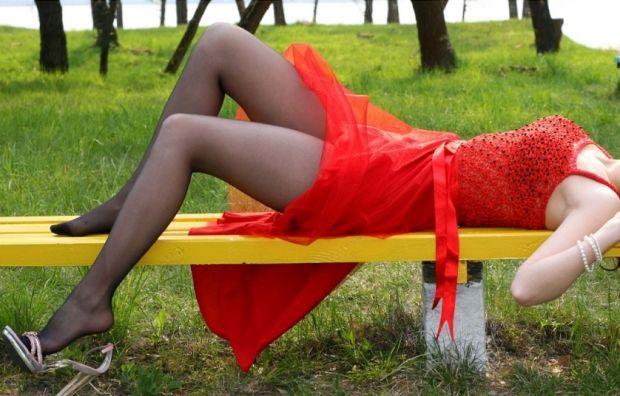 Какого цвета колготки одеть под красное платье? Когда хочется привлечь внимание