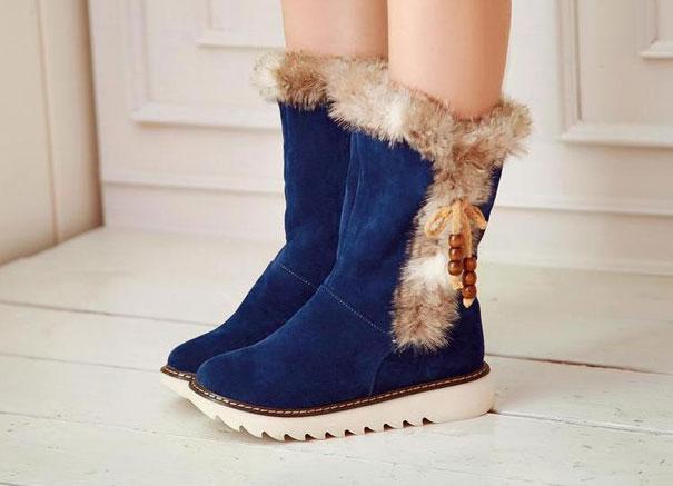 С чем носить синие замшевые сапоги? Сочетание черного и белого