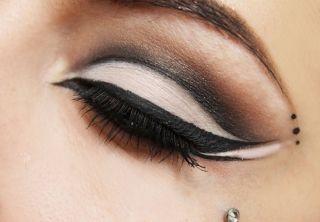 Как красиво нарисовать стрелки на глазах - карандашом или подводкой? Техники и способы