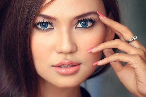 Макияж для голубых глаз и темных волос. Важные особенности