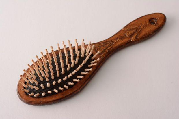 Как очистить расческу от волос и грязи в домашних условиях? Примеры на всех видах
