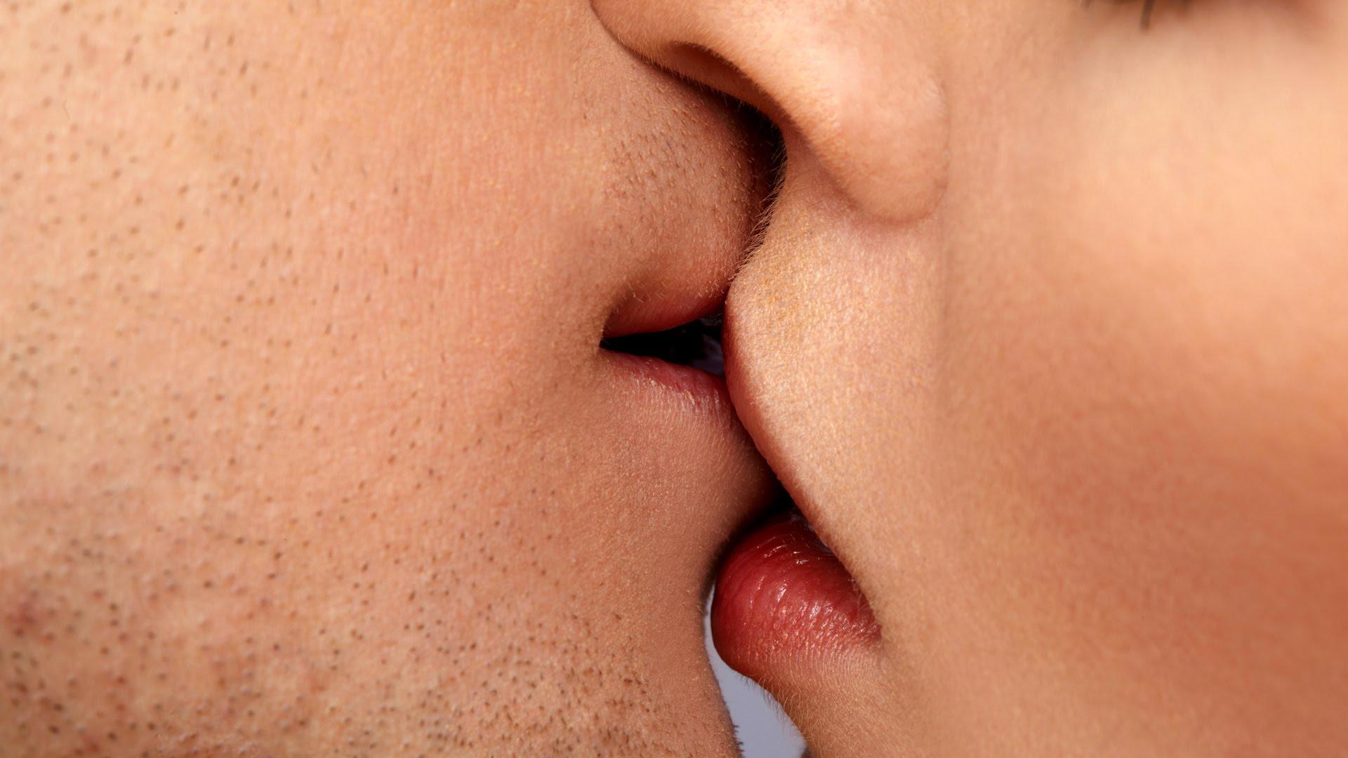две пары целуются в губы видео