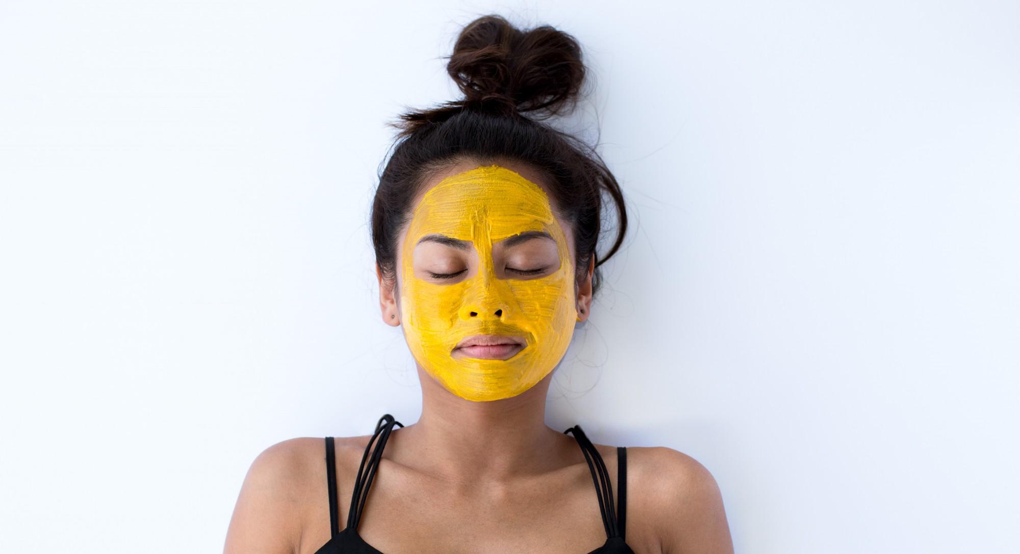 Приготовление золотой маски из куркумы для кожи вокруг глаз с целью омоложения