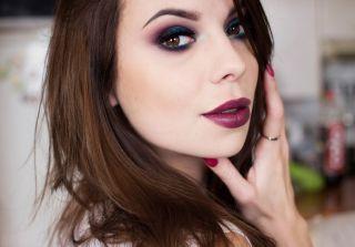 Какой макияж подойдет под бордовое платье? Разбор в деталях