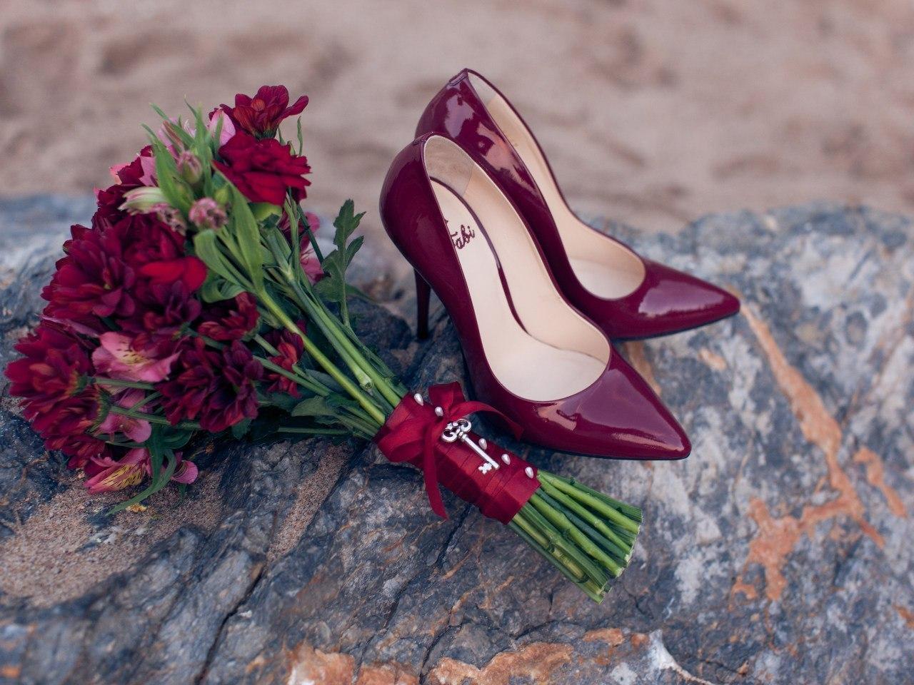 С чем носить бордовые туфли? Что такое бордо и как его носят